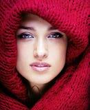 Молодая милая женщина в свитере и шарфе на всем ее сторона, концепции людей зимы образа жизни Стоковые Фото