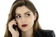Молодая милая женщина говоря на телефоне стоковое изображение