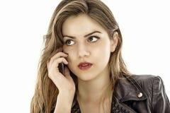 Молодая милая женщина говоря на телефоне стоковые фото