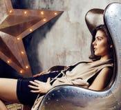 Молодая милая женщина ждать самостоятельно в современной студии просторной квартиры, девушке битника современной, концепции музык Стоковое фото RF