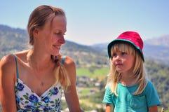 Молодая милая женщина с ребенком стоковые фото