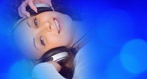 Молодая милая женщина слушая к музыке Стоковая Фотография
