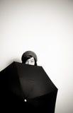 Молодая милая женщина с шляпой, глазами от заднего черного зонтика Стоковое Изображение RF