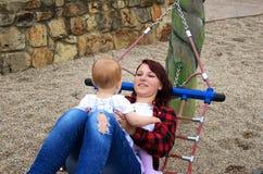 Молодая милая мама играя с малым ребенком Стоковая Фотография