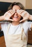 Молодая милая домохозяйка в кухне с мукой на руках стоковые фотографии rf
