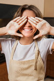 Молодая милая домохозяйка в кухне с мукой на руках стоковые изображения