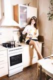 Молодая милая домохозяйка женщины варя на кухне, расквартировывает интерьер, концепцию людей образа жизни Стоковое Изображение RF