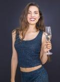 Молодая милая smilling женщина с стеклом шампанского Стоковые Фотографии RF