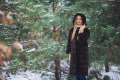 Молодая модельная прогулка девушки в лесе зимы Стоковые Изображения RF
