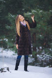 Молодая модельная прогулка девушки в лесе зимы Стоковые Фотографии RF