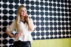 Молодая модель постарела девушка 20s представляя для камеры стоковое изображение rf