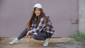 Молодая модель работает на камере сток-видео