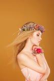 Молодая модель с венком ярких цветков на ей стоковые фото