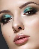Молодая модель с зелеными закоптелыми глазами стоковое фото rf