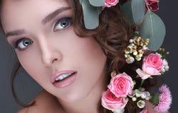 Молодая модель с одичалыми розами или девушкой с нежным anxi чувства Стоковая Фотография