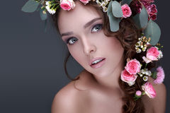 Молодая модель с одичалыми розами или девушкой с нежным anxi чувства Стоковое Изображение