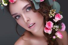 Молодая модель с одичалыми розами или девушкой с нежным anxi чувства Стоковые Изображения
