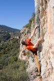 Молодая мужская смертная казнь через повешение альпиниста скалой Стоковые Фотографии RF