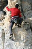 Молодая мужская смертная казнь через повешение альпиниста скалой Стоковое Изображение