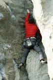 Молодая мужская смертная казнь через повешение альпиниста скалой Стоковая Фотография RF