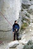 Молодая мужская смертная казнь через повешение альпиниста скалой Стоковые Изображения