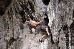 Молодая мужская смертная казнь через повешение альпиниста скалой Стоковое Фото