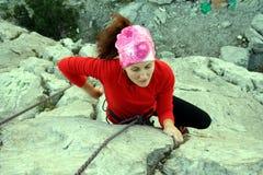Молодая мужская смертная казнь через повешение альпиниста скалой Стоковая Фотография