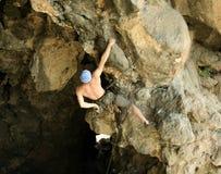 Молодая мужская смертная казнь через повешение альпиниста скалой Стоковое фото RF