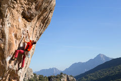 Молодая мужская смертная казнь через повешение альпиниста скалой Стоковое Изображение RF