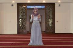 Молодая мусульманская девушка молит в мечети Стоковое Изображение