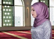 Молодая мусульманская девушка молит в мечети Стоковые Изображения RF