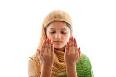 Молодая мусульманская девушка моля Стоковые Фото