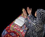 Молодая мусульманская девушка моля Стоковое Изображение RF