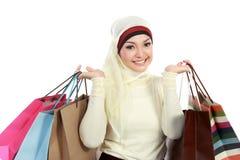 Молодая мусульманская женщина с хозяйственной сумкой Стоковые Фото