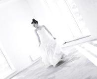 Молодая невеста на пустом танце комнаты Стоковые Изображения