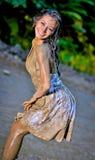 Молодая невеста предусматриванная с грязью Стоковое Фото