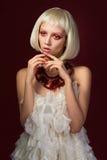Молодая невиновная женщина в белом платье Стоковые Фотографии RF