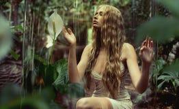 Молодая нимфа леса наслаждаясь безмолвием стоковое фото rf