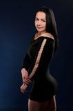 Молодая обольстительная женщина в черной мантии стоковое изображение