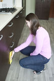 Молодая домохозяйка на кухне Стоковые Изображения RF