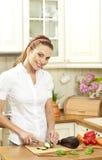 Молодая домохозяйка режа свежий овощ стоковые изображения rf