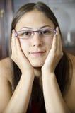 Молодая отвратительная девушка с eyeglasses Стоковое Изображение