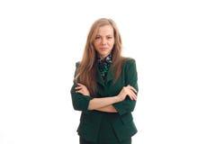 Молодая очаровательная девушка в зеленой куртке установила ее руки совместно и смотрящ камеру Стоковая Фотография