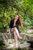 Молодая очаровательная девушка подросток с длинными волосами идя в парк в летнем дне Львова Striysky горячем солнечном в красивой Стоковая Фотография RF