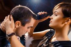 Молодая панковская девушка режет ее парня Стоковое Изображение