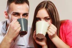 Молодая пара держит кружки с чаем или кофе Стоковые Изображения RF