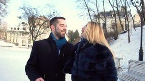 Молодая пара идет в парк зимы сток-видео