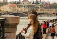 Молодая пара наблюдающ городом Стоковые Изображения RF