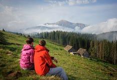 Молодая пара наслаждаясь в прикарпатских горах Стоковые Фото