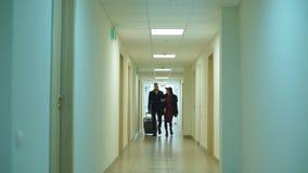 Молодая пара приезжает на гостиницу акции видеоматериалы